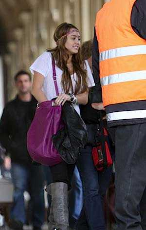 http://img.estilototal.com/wp-content/uploads/2009/05/miley-cyrus-marc-by-marc-jacobs-bag-1.jpg